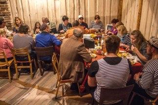 Stiilipidu Mesi tare kodumaja nn kaminasaalis ehk koosolekuteruumis