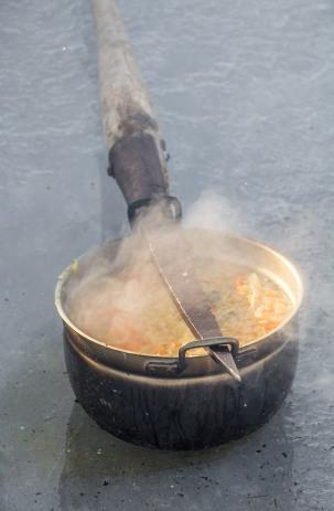 Kalasupp sai valmis. Värskes õhus Peipsi järvel valminud Peipsi kalasupp maitses ülihää.