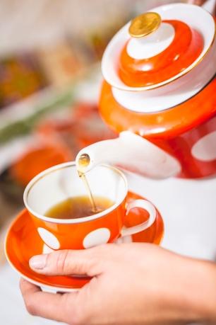 Imeline ivantšai. Perenaine valab igale külalisele isiklikult välja maitsva ivantšai. Foto: Ahto Sooaru