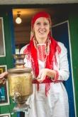 Mesi tare perenaine tervitab ukse vuhiseva samovariga. Foto: Ahto Sooaru